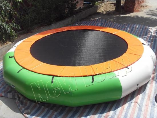Inflatable floating trampoline